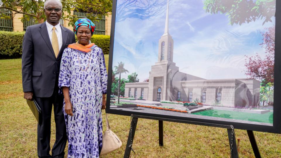 Anciano-Josephi-Sitati-y-Hermana-Gladys-Sitati-con-un-rendering-del-Kenia-Nairobi-Templo