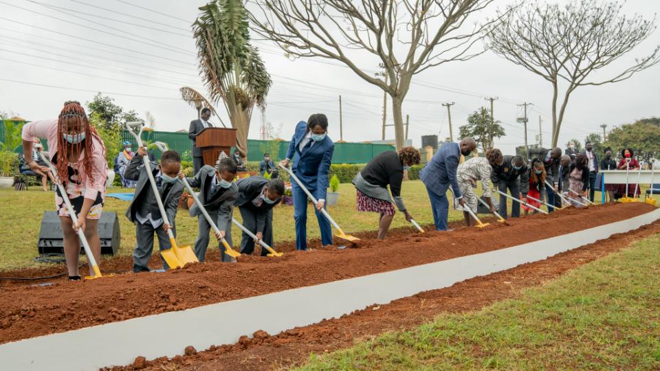 Invitados-ayuda-a-simbólicamente-descanso-en-en-Nairobi-Kenia-Temple-innovador